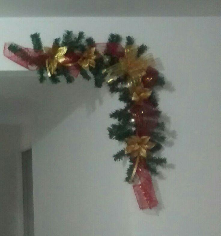 Navidad, puerta, arco, guirnalda, rojo y dorado, DIY, manualidades.
