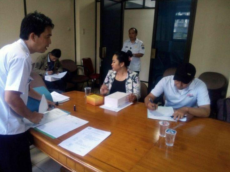 Unit Pelayanan Pajak Daerah Tebet Mendistribusikan Alat e-POS Pajak Online Kepada Wajib Pajak  Penyerahan alat e-POS kepada wajib pajak dilengkapi dengan Berita Acara Penyerahan Unit