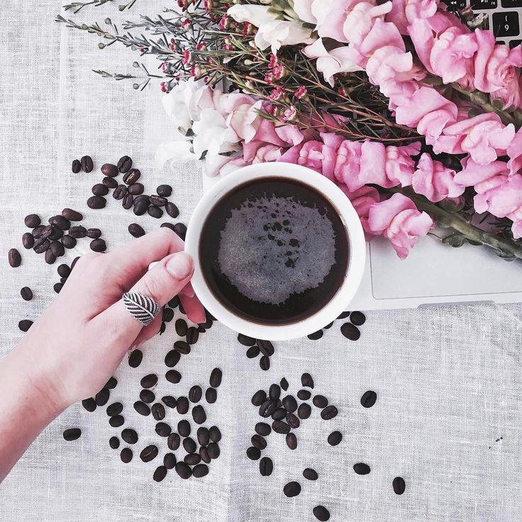 """Juna on Instagram: """"#Coffee & #flowers & #Monday #morningslikethis Главная новость дня - в Москве пошёл снег (спасибо, insta stories, за информацию), а во…"""""""