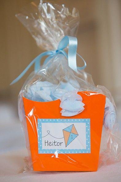 Tema para festa de aniversário: Pipas e Cataventos - Crescer | Caixinhas de guloseimas foram distribuídas para as crianças
