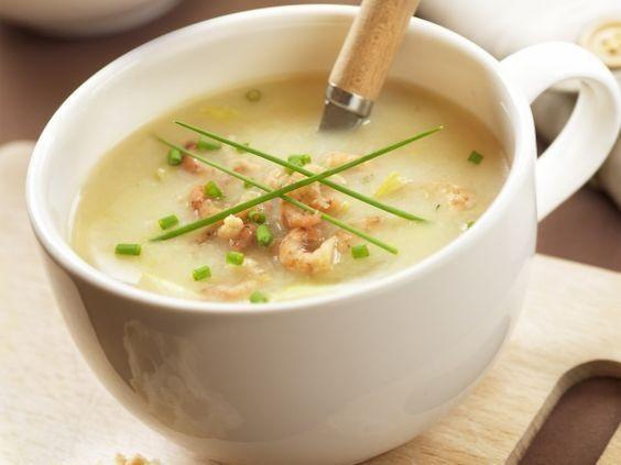 Witloofsoepje met garnalen Ingrediënten: 4 personen 500 gwitloof 125 g grijze garnalen (gepelde) 1 ui 1 aardappel 100 ml room 3 blokjes kipbouillon swinkl bo