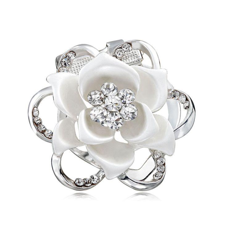 Brošňa na šatky v tvare luxusného kvetu. Vytvára motív luxusného kvetu, ktorý je obohatený žiarivými kamienkami. Brošňa je malé šperkárske majstrovské dielo, ktoré vďaka symbolike v sebe ukrytej dodáva svojej nositeľke pocit elegancie. Skúste byť originálna a ozdobne si svoju hodvábnu šatku alebo hodvábny šál. Brošňa je ideálny doplnok pre ozdobenie vášho outfitu. Brošňu môžete použiť aj na svoje oblečenie