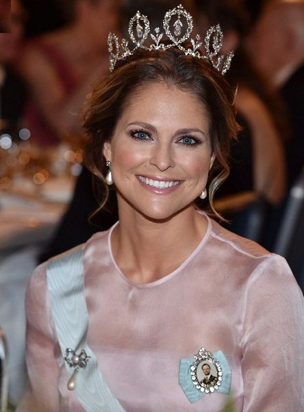 Princess Madeleine choose to wear the Connaught Tiara for her second time ever, having only worn it before at Victoria and Daniel's wedding in 2010. She carried a new clutch from Marchesa and wore a pair of pearl drop earrings from the Bernadotte vaults. Her sash was held on by the diamond bow with pearl drop brooch also from the Bernadotte Collection.