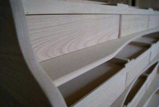 La délicatesse des courbes d'un meuble encore brut