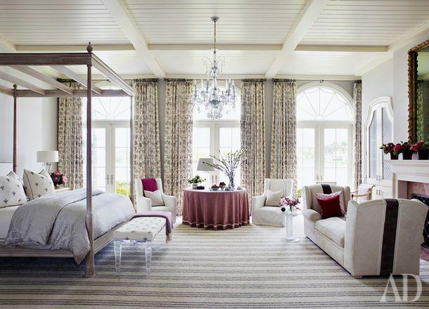 Декоративные подушки сочетаются с другими предметами в комнате, подвёрнутое одеяло