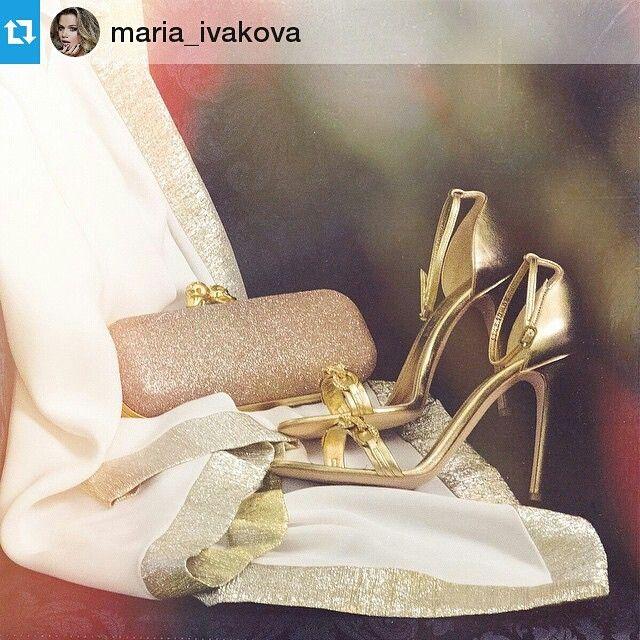 Сочетание белого и золотого идеально подчеркнет красоту очаровательной Марии Иваковой. Туфли и клатч Alexander McQuuen, туника Vionnet на VIPAVENUE.