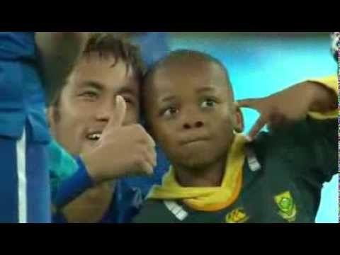 Sudafrica-Brasile 0-5: bambino invade il campo e viene osannato dai calc...