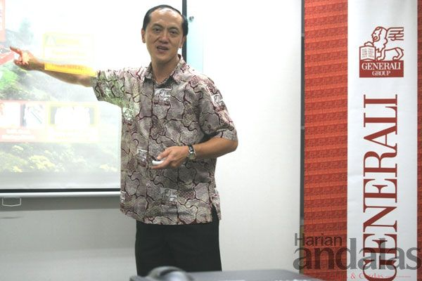 PAPARKAN – Direktur Utama Generali Indonesia, Edy Tuhirman memaparkan produk UB Rich yang merupakan produk asuransi berbalut investasi di Ge...