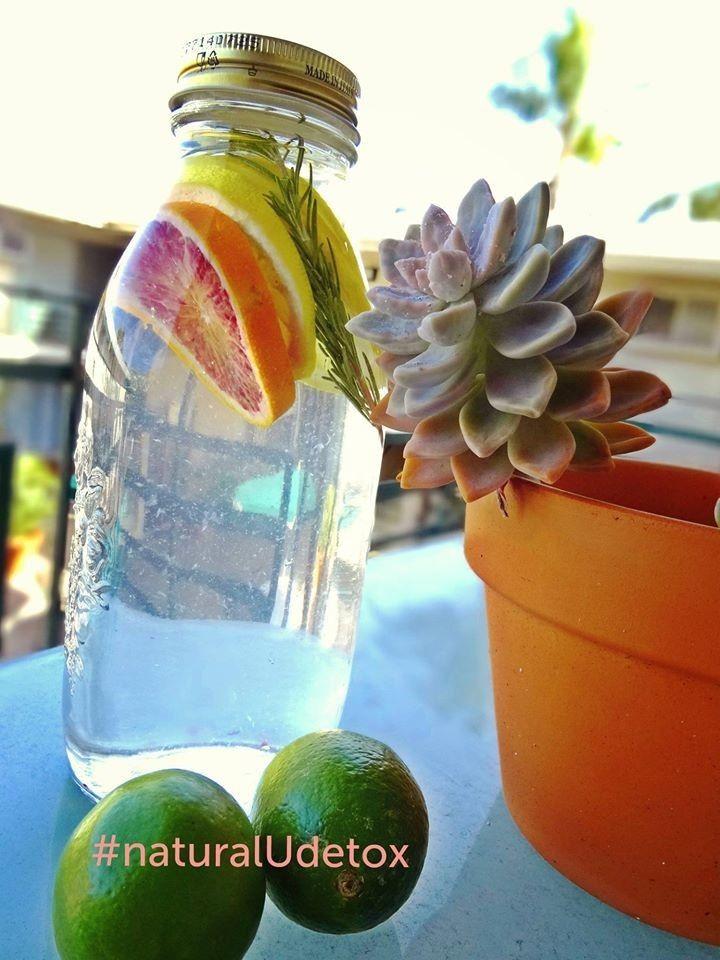 ただのお水が大変身!デトックスウォーター    お水は体を作る大切な存在!綺麗になるには、まずたっぷりのお水を飲む習慣をつけましょう。ハーブやフルーツでお水が大変身☆ Yogisキッチン  材料 お好きな瓶 1本 レモン 3スライス ローズマリー 少し オレンジ 1スライス お水 適量