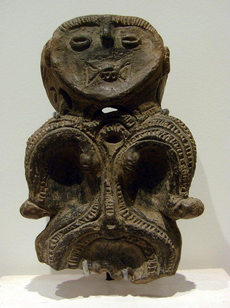 Figurine Dogu, Jomon final(?); Musée Guimet à Paris.   http://commons.wikimedia.org/wiki/File:Figurine_Dogu_Jomon_Mus%C3%A9e_Guimet_70608_2.jpg