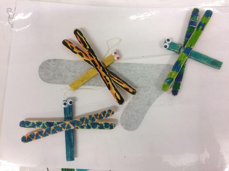 Kunst og håndverk: oppgave om bokstaven ø for øyenstikker. To ispinner, en halv klesklype og tusjer er alt du trenger for å lage en øyenstikker. Disse er fine å henge opp i klasserommet.