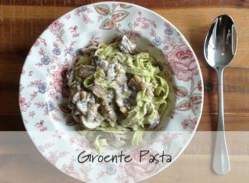 Ingrediënten  verse groenten pasta gemaakt van broccoli en erwten (bij AH te koop) 1/2 doosje kastanje champignons 100 gram zachte geitenkaas 2 teentjes knoflook 1 eetlepel pijnboompitten zout en versgemalen peper kokosolie Bereidingswijze  Deze kant-en-klare groenten pasta gemaakt van broccoli en erwten vond ik bij de AH. Ze hebben ook een variant met bloemkool en wortel! Snij de champignons en bak deze in kokosolie met de uitgeperste knoflook en pijnboompitten in een hapjespan. Verkruimel…