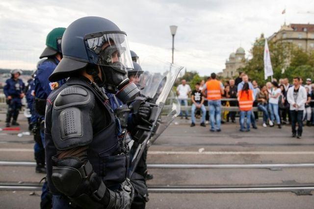 Après avoir tenté de séparer les Kurdes des Turcs, les policiers bernois ont été pris pour cible par des manifestants.