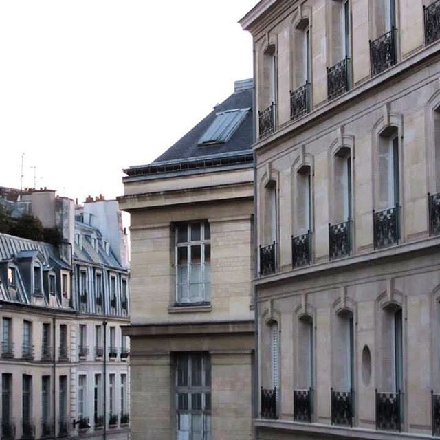 🇫🇷A very early morning in Paris ❤ I remember waking up around 6am and this was the view I had from my balcony. After that, all I wanted to do was explore 😍#paris #rooftopviews #saintgermaindespres #parismornings #windows #picturesque #shutters #parisrooftops #morningview #melbournelifelovetravel #love