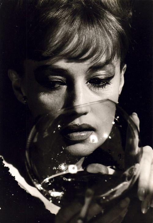 Jeanne Moreau, es una de mis actrices preferidas, mantiene siempre en sus interpretaciones un halo de misterio y de fascinaciòn insuperables..