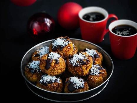 LCHF Kokoskakor med saffran och mörk choklad --- Coconut cookies with saffron and chocolate - Swedish recipe - give me a shout if you need translation :0)