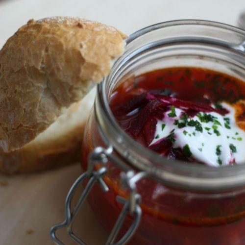 borsch (met bonen, rode bieten, ui, tomaten, witte kool, aardappel en wortel)