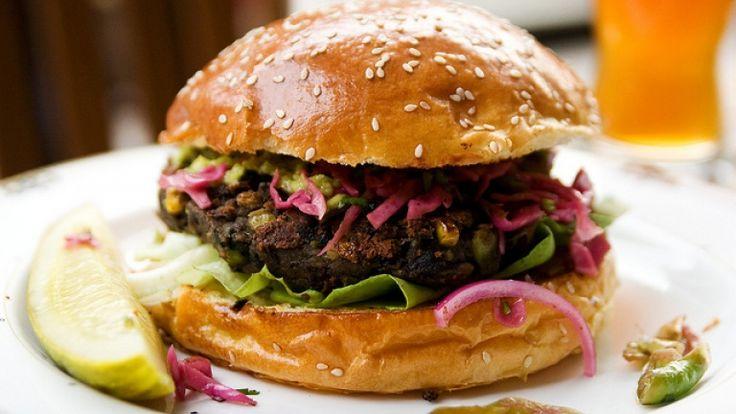 Hamburger vegano di lenticchie e fagioli neri: le migliori ricette vegane. BBQ http://winedharma.com/it/dharmag/ottobre-2014/hamburger-vegano-di-lenticchie-e-fagioli-neri