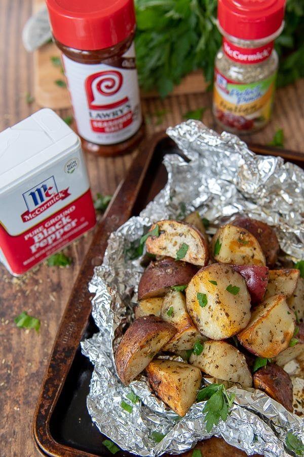 Easy Grilled Potatoes in Folienverpackungen benötigen fünf Minuten für die Zubereitung, nur wenige Minuten für die Zubereitung.   – Fire up the grill