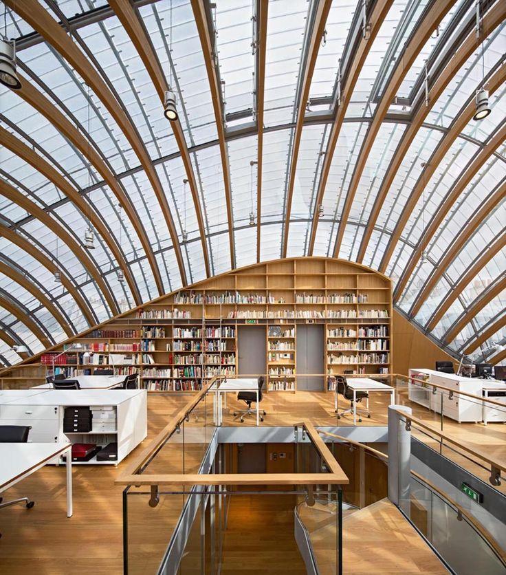 Fundación Pathé / Renzo Piano Building Workshop. La nueva sede de la Fundación Jérôme Seydoux-Pathé es una presencia inesperada, un volumen curvo que se vislumbra flotando en el medio del predio en el que se asienta, anclada en unos pocos apoyos. La parte superior del edificio está hecha de cristal, proporcionando luz natural a los espacios de la oficina de la Fundación.