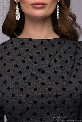 Платье-футляр темно-серое в горошек с драпировкой на плече - фото 18874