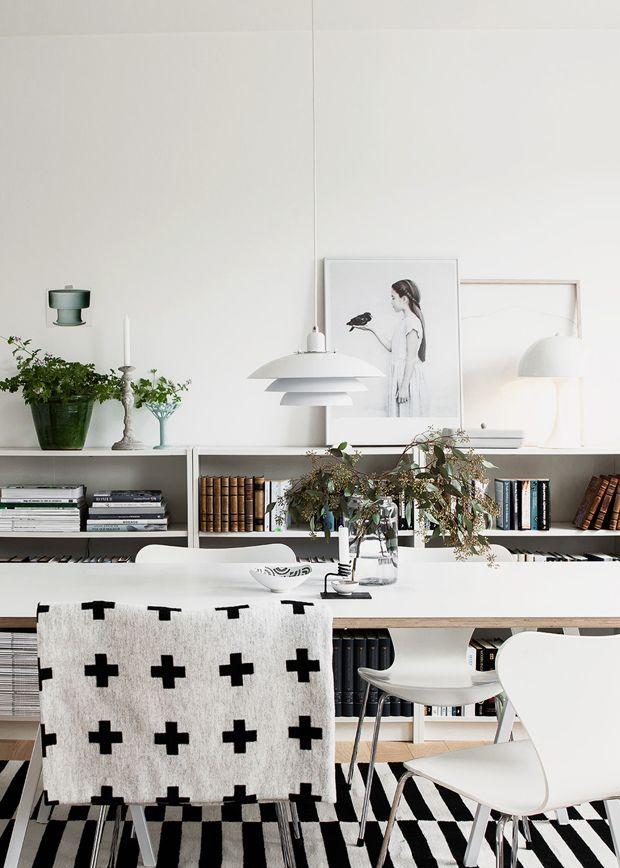 GILLAR: Vee Speers poster, Pia Wallén Cross Blanket, randig matta, stolar och bord
