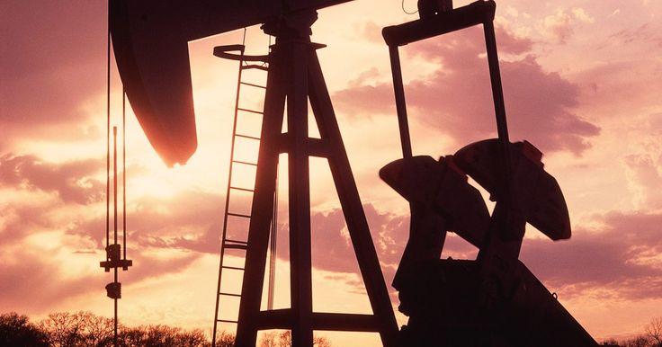 Los trabajos mejor pagados para los ingenieros petroleros . Los ingenieros petroleros diseñan métodos para extraer productos de petróleo y de gas de sus minerales o depósitos. Una vez que los depósitos se han descubierto, los ingenieros trabajan en conjunto con los geólogos y otros expertos para entender la geología de la zona para determinar cómo perforar los productos derivados del petróleo del mineral. ...