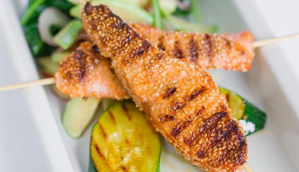 Søte sesamfrø og spenstig chili gir laksen mye smak før den havner på grillen. #fisk #oppskrift