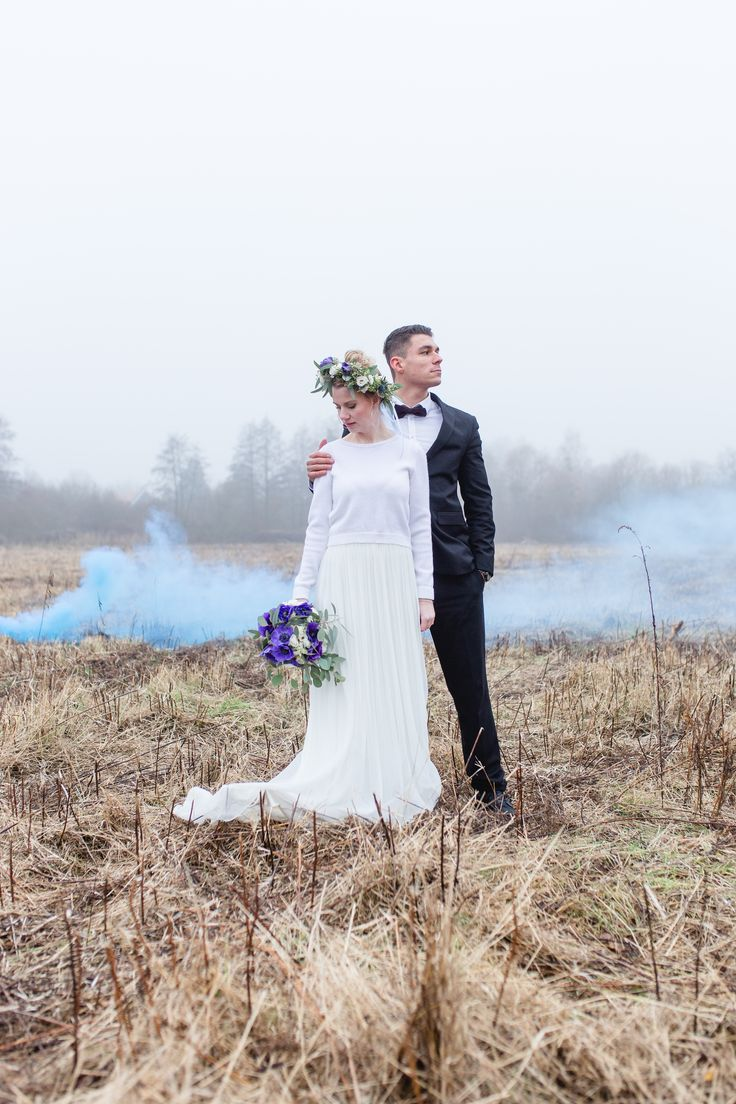 Styleshooting , wedding , hochzeit , blauer rauch , rauchbombe , bride & groom , wedding shooting , hochzeitsinspiration , blumenkranz , flower crown , lila blumen , brautstrauss