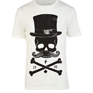 Tricoul casual River Island face parte din categoria tricourilor clasice cu un imprimeu interesant in partea din fata, reprezentand un craniu cu palarie. Tricoul este confectionat din bumbac 100%.