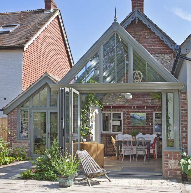 Une grande terrasse ajoutée à une maison ancienne