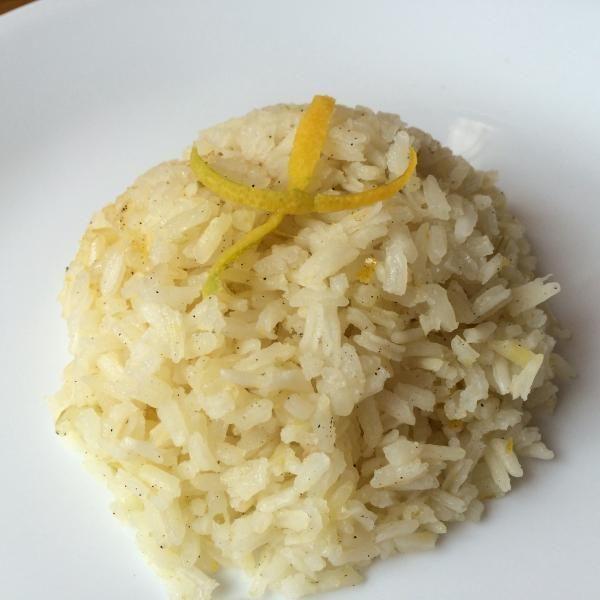 Aprende a preparar arroz con cardamomo y naranja con esta rica y fácil receta.  El cardamomo es una especia que tiene varias propiedades beneficiosas para la salud,...