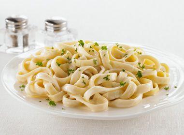 """Le plat de Fettucine Alfredo est un coup de cœur chez vous? Si vous n'avez jamais essayé notre recette de Fettucine Alfredo """"mise au jeu"""", c'est le moment ou jamais! C'est délicieux! #alfredo #pates"""