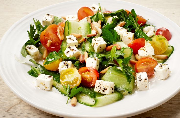 Green summer salad with fennel, cucumber and tomatoes