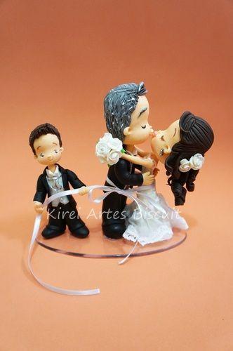 Noivinhos se beijando e filho enlaçando casal : Noivinhos personalizados em biscuit porcelana fria para decorar o bolo ou mesa, lembrança que dura por muitos anos,   faça seu orçamento: kireiartesbiscuit@gmail.com enviamos para todo o Brasil por correios | karinakakuda