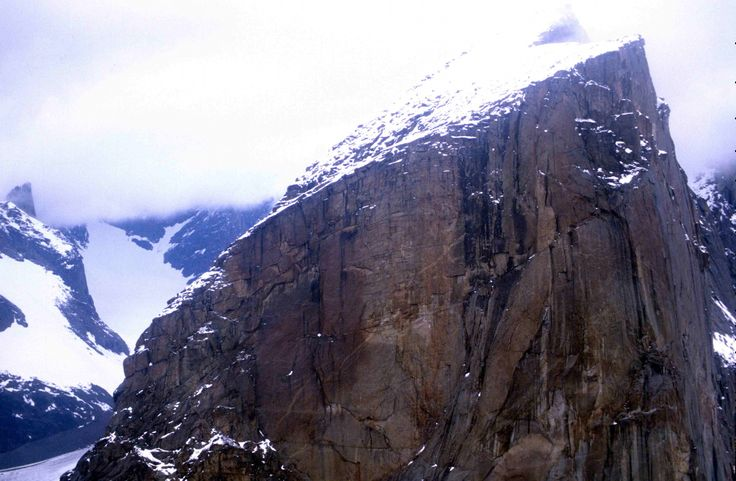 Le Mont Thor, sur la cordillère arctique, au nord du Canada, est la paroi rocheuse la plus verticale du monde avec un angle de 105 °.