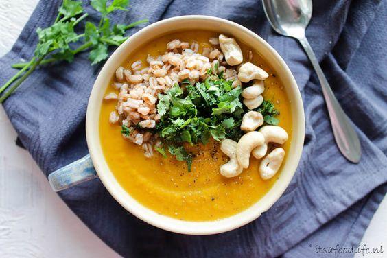 Een makkelijk recept. voor zoete aardappel curry maaltijdsoep dat je binnen 30 minuten op tafel hebt. Lekker met toppings cashewnoten, koriander en spelt.