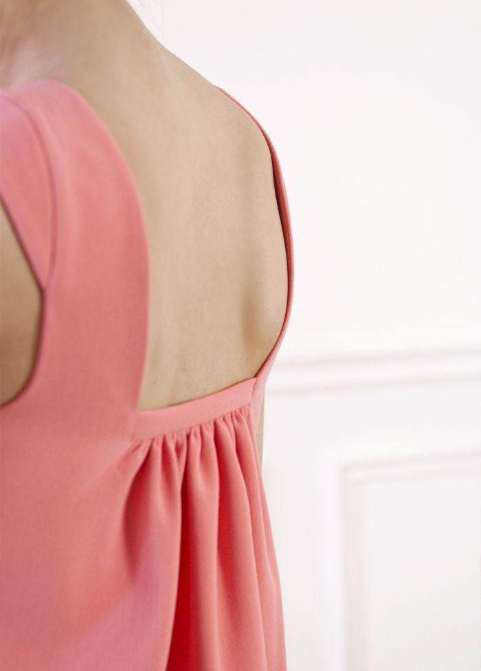 Une robe trapèze dont le dos dévoile un joli volume. – Décolleté carré sur le…
