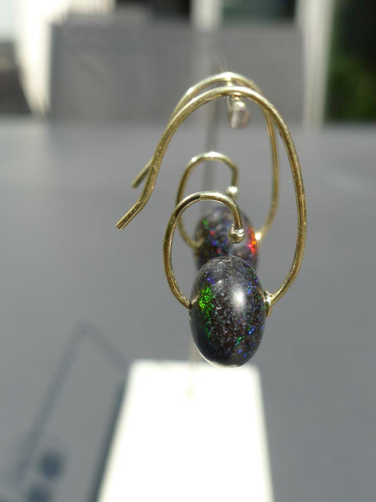gouden oorbellen met zwarte opalen