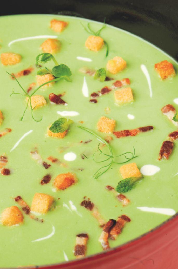 Bereiden:Maak de soep: Maak de verse erwten schoon of ontdooi de diepvrieserwten. Snijd de uien, prei en selder grof. Smelt de boter en bak ze in de pan en voeg de aromaten (tijm, laurier, knoflook) en de munt toe. Laat alles sueren of glazig worden in de vetstof. Voeg de erwten toe en bak ze eventjes mee. Breng op smaak met peper en zout. Bevochtig het geheel met de kippenfond. Laat alles 20 minuten gaarkoken op een matig vuur.