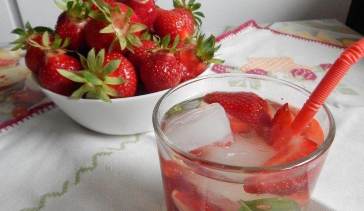 Jahodovo-bazalkový ľadový čaj