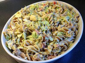 Denne pastasalaten er pastasalaten over alle pastasalater. Stadig går jeg og fyser på den, stadig kommer andre til meg og sier de ...