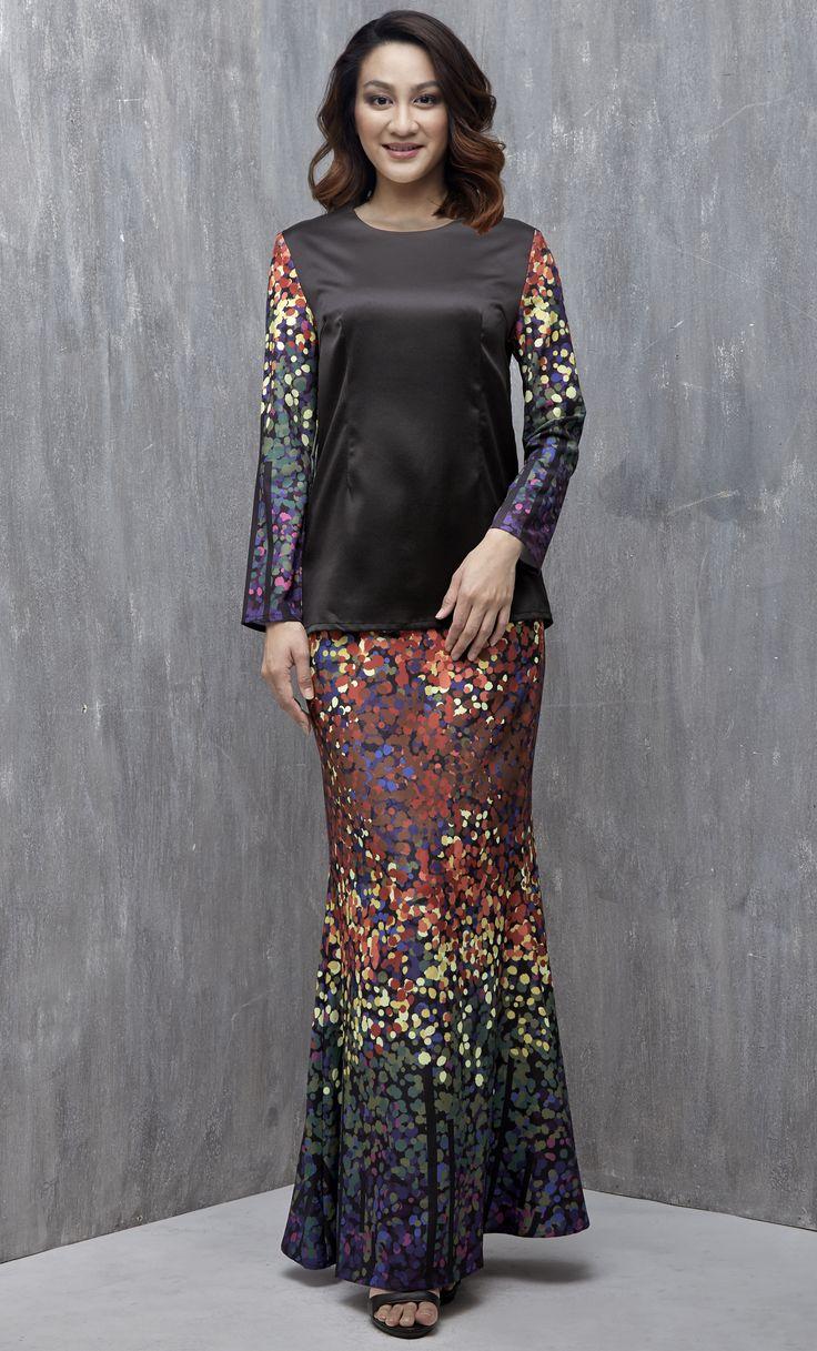 EMEL X DYNAS MOKHTAR - ATOLLA - Modern Printed Sleeves Baju Kurung (Black) This modern baju kurung is simple yet sophisticated, featuring our emel exclusive prints on the sleeve and skirts and a plain bodice for a demure and feminine look. #emelxCLPTS #emelxDynasMokhtar #emelbymelindalooi #bajuraya #bajukurung #emel2016 #raya2016 #DynasMokhtar #print #black #moden #2016 #baju #kurung #baju #raya