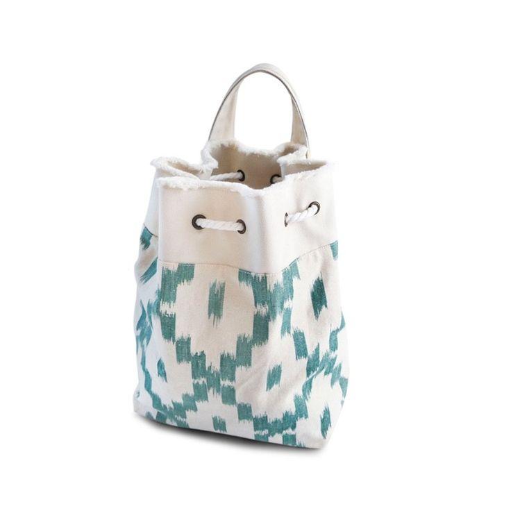 Esta mochila-bolso de aspecto rústico e inspiración mediterránea está…