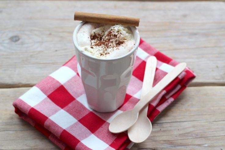 De allerlekkerste warme chocolademelk maak je zelf met warme melk en pure chocolade. Duik dus de keuken in en maak deze chocolademelk.