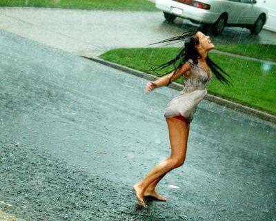 Esto es vivir... bailar bajo la lluvia, sentir tu piel mojada... Refréscate!