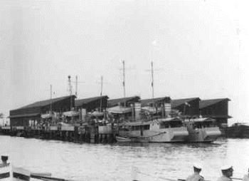 Divisie III hulpmijnenvegers (gemilitariseerde G.M. vaartuigjes) bestond uit Hr Ms. Alor, Aroe, Bantam, Bogor, en de boeienschepen Ceram en Cheribon. Als divie herkenbaar aan de drie witte banden rond de schoorsteen. Allen in mrt 1942 door eigen bemanning tot zinken gebracht.