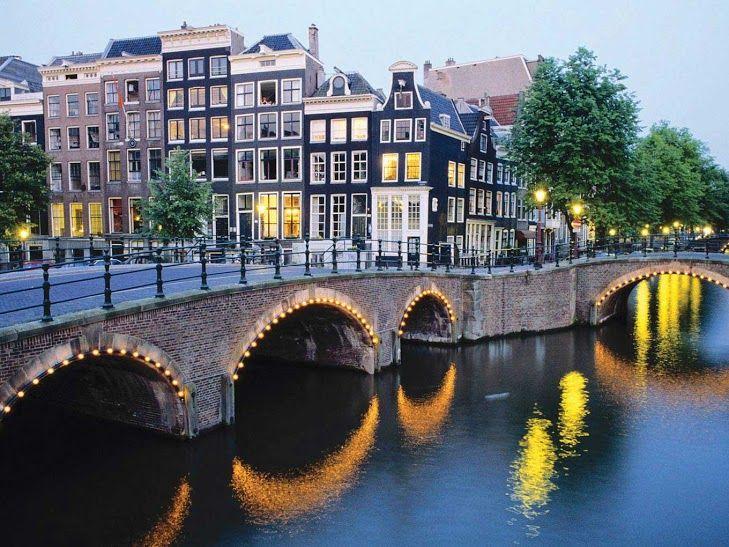 Los #puentes son distintivos de #Ámsterdam que entre canales, construyó una hermosa ciudad. #Viaja con #Despegar y recórrelos en #bicicleta o a pie. #trip #travel #turismo #bike #bridge #despegar