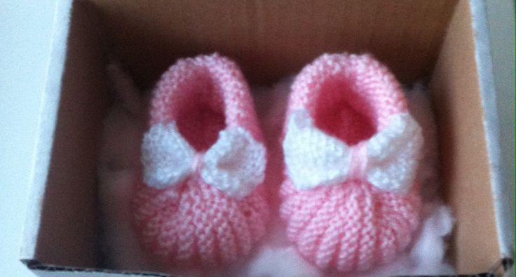 coffret cadeau de naissance b b fille chaussons au tricot. Black Bedroom Furniture Sets. Home Design Ideas