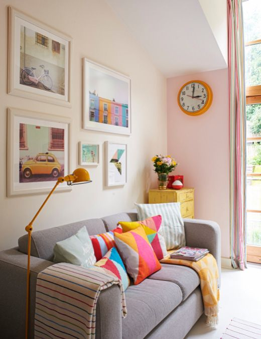 pale pink wall + bright pillows #decor #salasdeestar #styling
